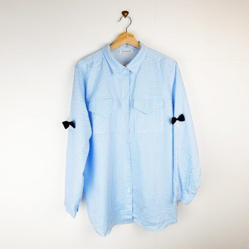 camisa a rayas azules con lazos en las mangas de New Collection